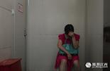 尹君浩的姑姑一直守在走廊上,整夜不能合眼。他是由姑姑带来南昌过暑假的。但万万没想到,孩子却发生这样的意外。与死神擦肩而过,这让他的姑姑懊恼不已却又万分庆幸。