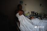 第二天,经过了四小时手术的尹君浩躺在病床上,从吉安赶来的奶奶正在陪他一起看动画片。目前伤情稳定的他,至少需要四到五个月才能完成恢复。