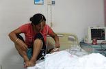 缝合动脉的手术完成之后,杨玉星的母亲坐在床边照顾儿子。她说,最近家里时运不济,一个月前她自己摔到了脚导致骨折,现在儿子又到鬼门关走了一趟,回去一定要想办法转转运气。
