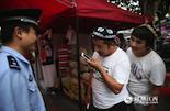 肖警官和同事们又当翻译,又当和事佬,让买买提和周边邻居、商户之间的关系都变得融洽。最近,买买提还学会了用维汉翻译的手机软件,让沟通变得更加顺畅。