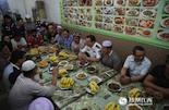 """今年,在江西宜春的穆斯林们与以往一样邀请到了一群特殊的朋友——他们的汉族警察兄弟。这也是从2009年来,宜春开始""""警回""""、""""警维""""共建之后,宜春市副市长、公安局长万秀奇第7次和穆斯林兄弟一起欢度节日。"""