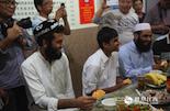 在这个重要的节日里,来自巴基斯坦、印度等地的留学生也被邀请来和本地的穆斯林一起过节。对于不能回家过节的他们来说,这里就是一个大家庭。