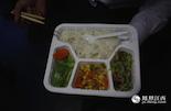 在万思敏所在的G633次列车上,我们看到了颇受欢迎的15元盒饭,由玉米蔬菜、黄瓜、莴苣全素的搭配组成。节后乘坐高铁的大多都是返城的工薪族,对于他们来说,这份15元的盒饭是不错的选择。
