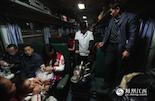 """正值春运高峰,从九江乘坐这趟""""绿皮车""""的大部分都是回城务工人员,拖儿带女行李很多,车厢内非常拥挤,而周长洪要负责5节车厢的热水供应工作,他说, """"这列车上的锅炉不是那么好烧的,有诀窍,要有一定的技术才能掌握。"""""""