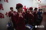 """告别50后的列车供水员,我们跟随美丽的90后动姐来到南昌西客站。这里高铁二车队的姑娘们正准备出车,G633是南昌到深圳北的一趟高铁。尽管是繁忙的春运,做""""微笑操""""是她们每天出车前的必修课。"""
