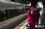 """2014年9月南昌局高铁开通,万思敏成为了南昌局高铁第一批乘务员。每天清晨她们从南昌站乘坐近一个半小时公交到达西客站,在发车前四十分钟进车准备。为了迎接春运,高铁乘务员们的作息时间也从""""跑二休二""""变为""""跑八休二""""。"""