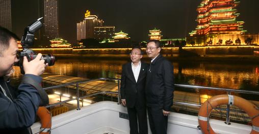 赣江上绚丽的灯光吸引湖南党政代表团成员合影留念