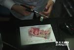 遇到一些破损程度大的钞,王园园要用手工一点点进行修补。