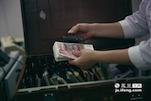 在柜台的钱箱里有着几十类不同国家的货币,像王园园这样的柜员每天要对几十类不同国家的货币进行分类整理和账务核对。