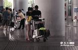 在西客站,小军一无所获,南昌昌北国际机场也是他常去候客的地方。机场的客源比火车站要多更多,坐飞机的旅客一般偏爱新生事物,使用打车软件预约专车的也绝大多数是年轻人。