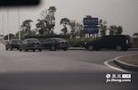 昌北机场有一个专车司机聚集点,不乏价值20万以上的好车,而开专车的高额回报吸引了这些车主来做兼职。中午12点,在机场出租车服务站里,小军和其它的出租车司机一样吃起了盒饭。