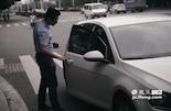 下午5点30左右,小军在红谷滩拉到了一名常坐他车的熟客,在难打车的高峰时段,通过手机预约的熟客成了专车司机目前最大的客源之一。而专车平台有监控路线功能,万一乘客需要临时更改目的地,可以重新和司机沟通,以保证乘客的权益。