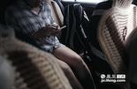 """专车用户中有70%是女姓乘客。但最近媒体曝出的专车司机性侵案,使外界对女性乘坐专车的安全性提出疑问。小军说,专车司机中确实是鱼龙混杂,各色人等都有,但其中大多数都是""""的哥""""转行,都受过正规训练,如果专车平台可以绑定司机的真实身份,纳入统一政府监管,也许可以更好的保证乘客的安全。一般来说,在乘客用手机付款之后,司机都会把乘客加入自己的乘客微信群。这样一来自己的熟客就可以直接从微信联系司机,再从专车平台下单,这样方便司机多抢单。而对于专车司机来说,多劳多得的体现是专车平台对乘客数量的奖励。"""