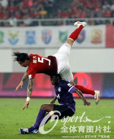 下半时埃尔克森和代表广州队百场出战的郜林各入一球.