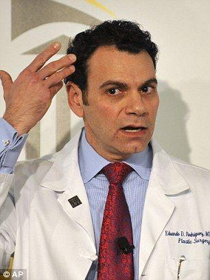 罗德里格斯解释这项手术是如何从患者的头皮到脖颈根更换所有面部组织的