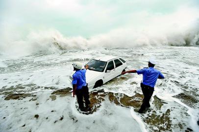 另外,台风过境时常带来狂风暴雨天气,引起海面巨浪,严重威胁航海安全.图片