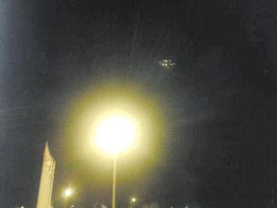 UFO盘旋大连市夜空 疑外星人在探测
