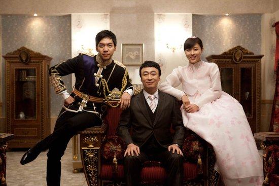 日前,剧组公开了体贴入微的李成民与两人一起合影的全家福.