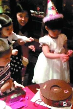 李湘王 岳伦 杨幂/李湘女儿生日穿起公主裙。