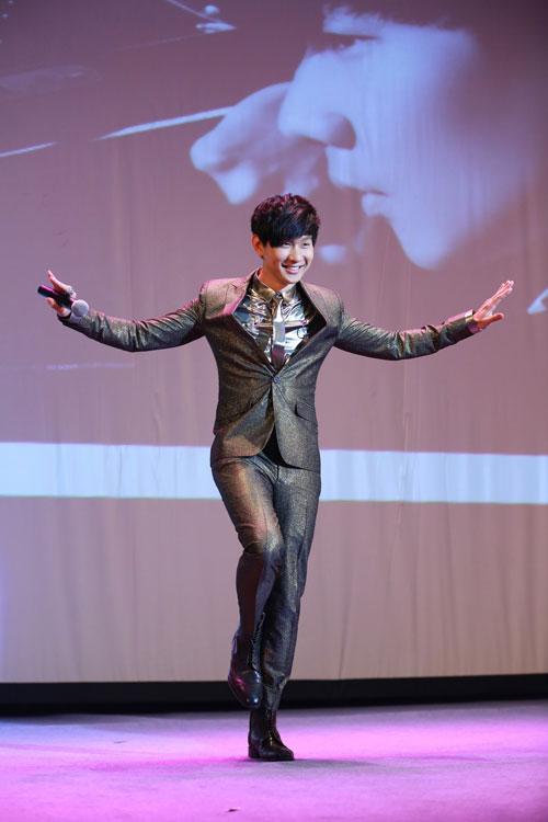 JJ摆出首张专辑封面POSE-林俊杰新专辑拍十部微电影 首映礼邀歌迷