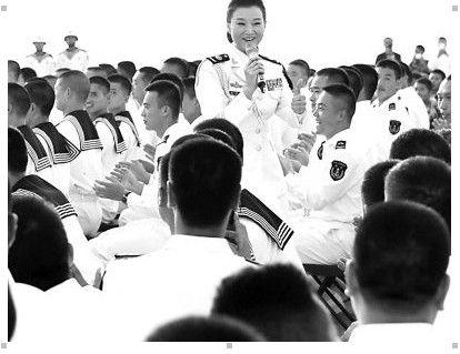 与官兵一起高唱《爱我中华》