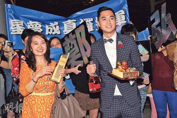 郑俊弘会将赢得的奖金奖品交给母亲(左)处理