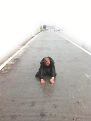 财经资讯_两僧人苦修朝圣九华山 一路叩首三十多万次|僧人|朝拜_凤凰佛教