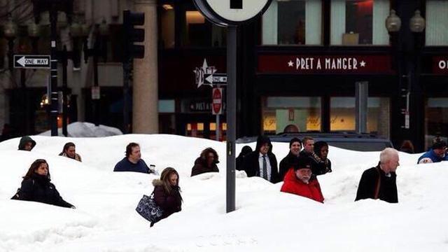美国民众暴雪天气中跳楼取乐