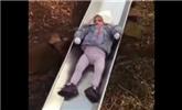 第一次玩滑梯的小女孩 滑梯界的閃電出現了
