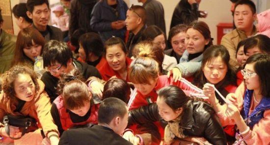 """Dama(中國大媽)。今年,《華爾街日報》在其網站的視頻報道中,首次使用""""dama""""這個用漢語拼音得來的單詞形容中國的中老年女性。報道中指出,國際金價今年4至6月下跌期間,許多中國消費者紛紛搶購黃金,其中包括不少中年女性,引發外界對""""中國大媽""""搶購黃金的關注。"""