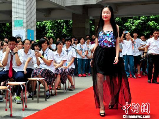 6月27日,廣東實驗中學學生展示以廢棄物為材料制作的時裝. 陳驥旻 攝圖片