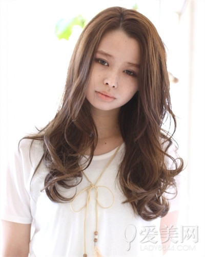 中分长发_圆脸女生适合什么发型 长卷发妩媚吸睛 头发 长发_凤凰时尚