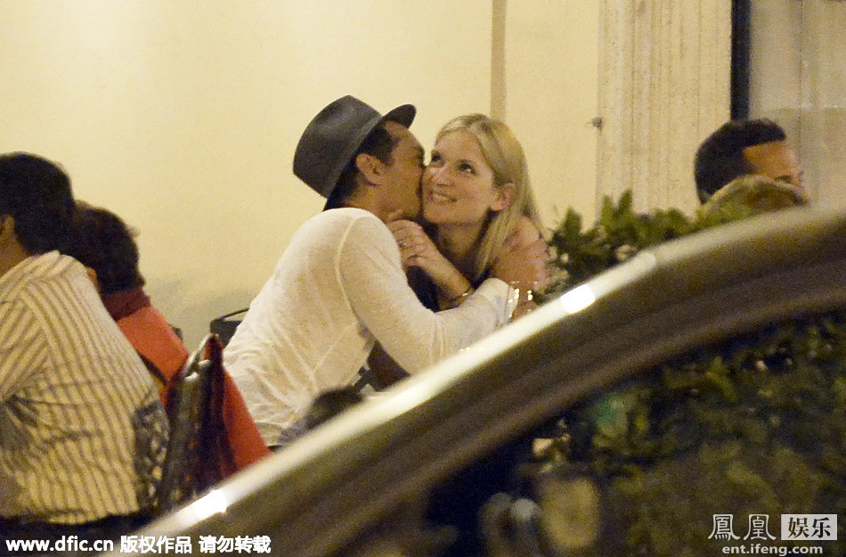 赤裸女裘_裘德-洛与女友意大利甜蜜约会当街亲吻毫不避讳[高清大图]_娱乐
