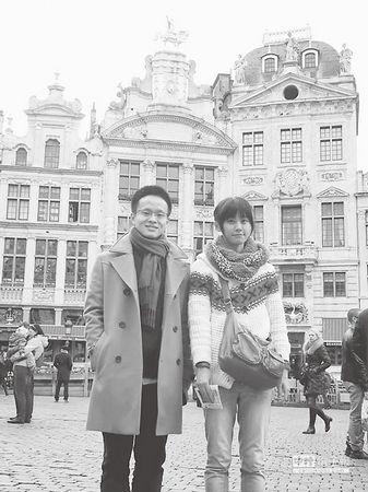 作者(右)与炎忱相助的上海友人相符照。来源:台湾《旺报》