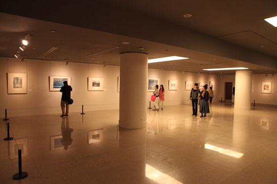 展廳現場 水彩畫是歷史久遠的一門畫種,作為重要的藝術門類,水彩畫也是中國美術館收藏的一個重要組成部分。今天上午,在中國美術館五層展廳內,一場名為水色自然:中國美術館藏水彩風景作品展正式向廣大公眾開放。本次展覽作為中國美術館建館50周年的展覽項目為觀眾帶來了館藏的水彩佳作,展出作品是從歷年的館藏水彩精品中精挑細選出來,共100余件,它們均為20世紀中國藝術家不同時期的創作,其中包括廣為大家熟悉的陽太陽、古元、潘思同、哈定等藝術大家的作品。 在本次展覽中,作品年代跨越20和21兩個世紀,年代最早的以20世