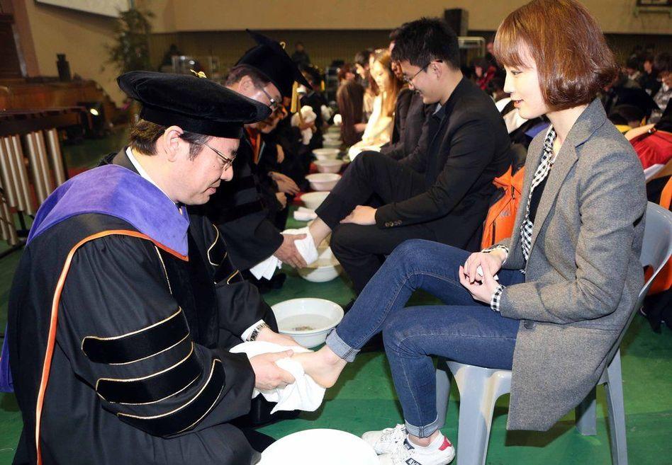 韩国教授为学生洗脚_韩国大学校长教授为学生洗脚_资讯频道_凤凰网