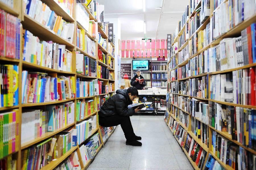 里书店_2月13日,顾客在哈尔滨一家书店里看书.新华社记者王建威摄