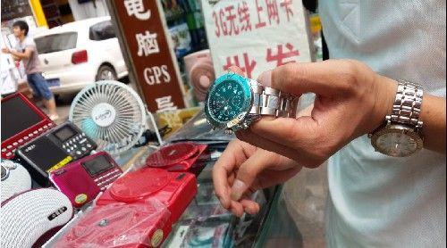 偷拍手表买_成都偷拍设备摆起卖 律师提醒莫乱用